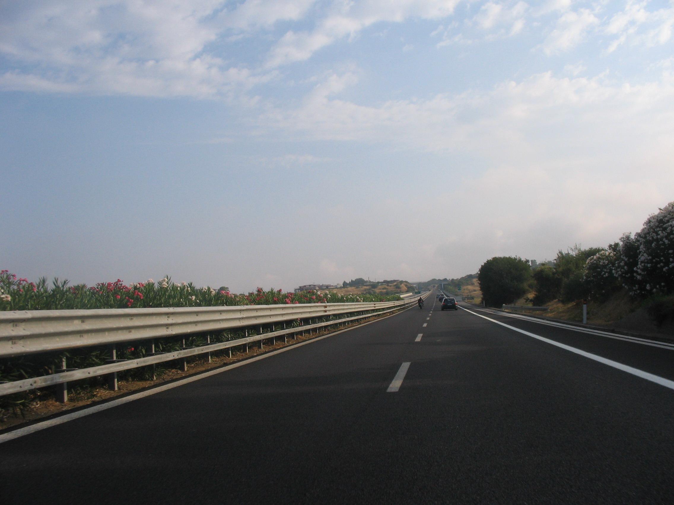 Autoarticolato di traverso sulla A19: un ferito e autostrada chiusa