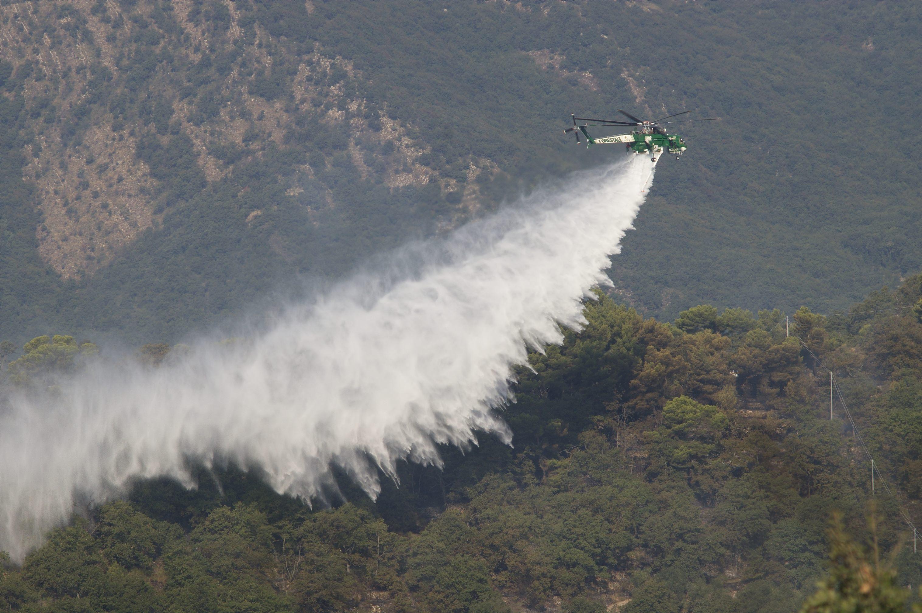 Ennesimo vasto incendio, a fuoco decine di ettari di macchia mediterranea: non si esclude il dolo