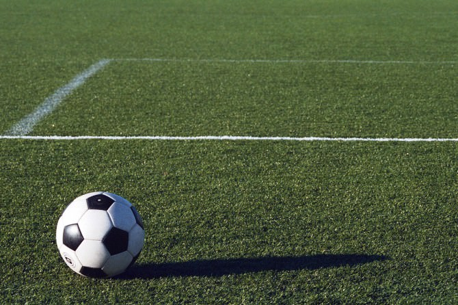 Calcio a rischio, giocatore positivo in Sicilia: allenamenti sospesi in attesa dei tamponi