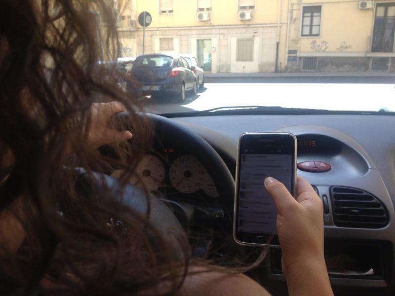 Smartphone al volante: pericolo costante