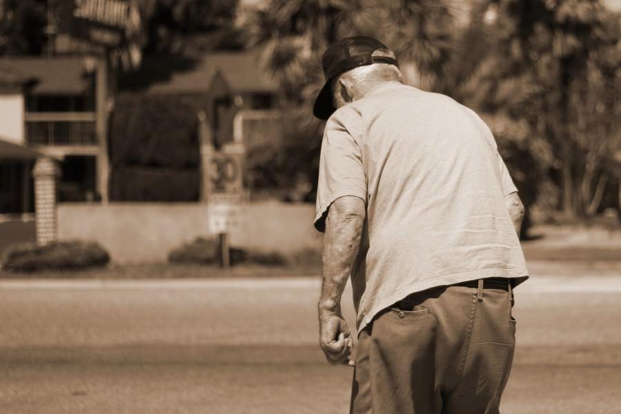 Tragedia in strada, anziano investito da scooter a pochi passi da casa: inutile la corsa in ospedale