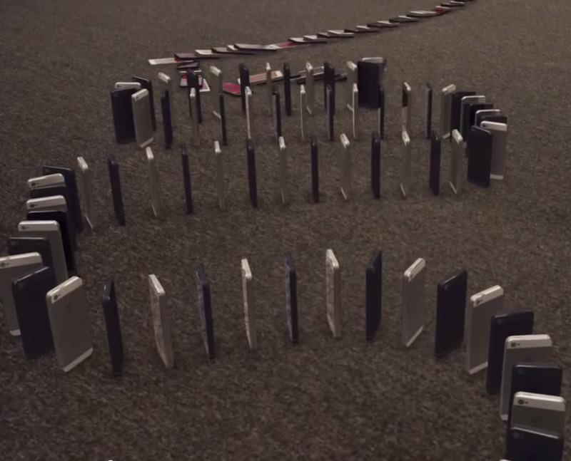 Effetto domino con 10.000 iPhone 5!