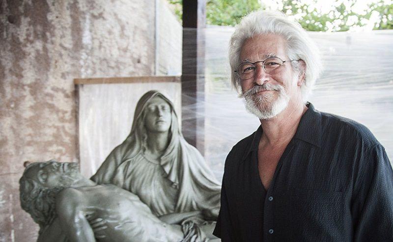 Lo scultore Santo crea Pietà a Taormina