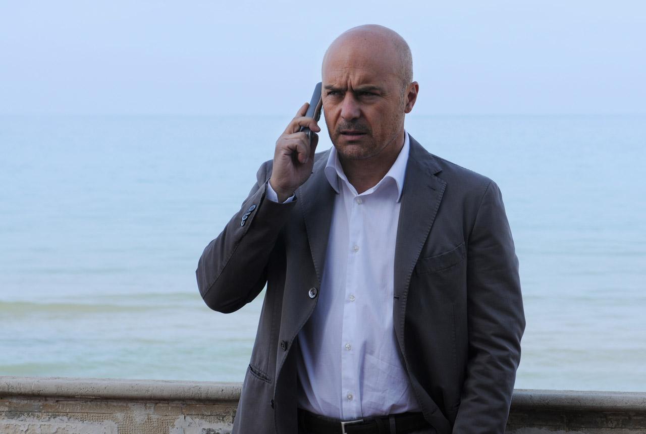 Sta per tornare il commissario Montalbano: a febbraio nuovi episodi con protagonisti i migranti e Pasquano