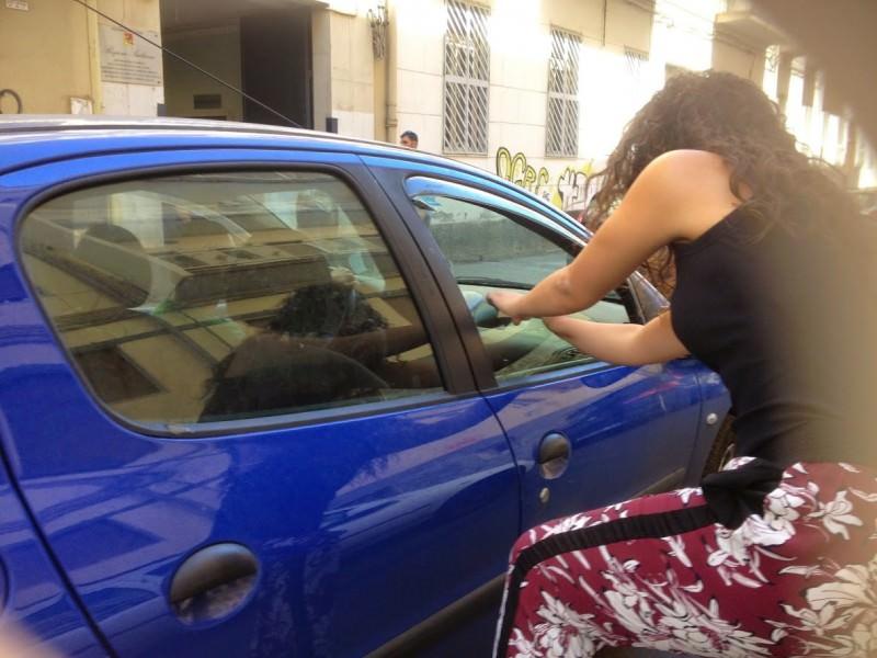 Momenti di tensione a Catania: lite furiosa tra due famiglie con minacce di morte e aggressioni