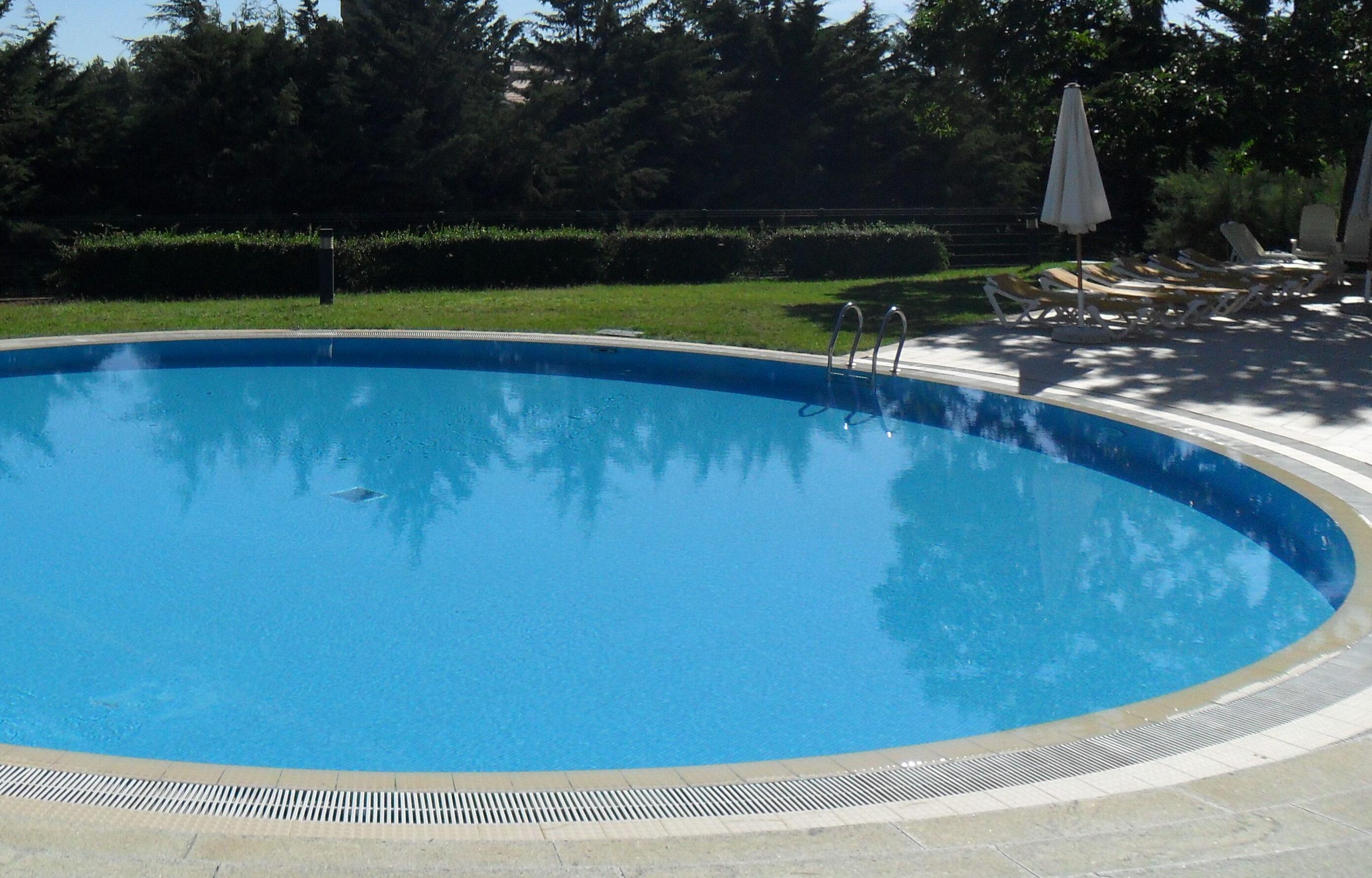 Tragica scoperta nel Catanese, donna trovata morta in piscina: ipotesi suicidio