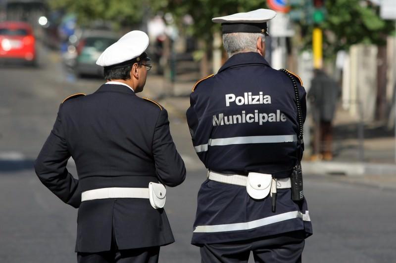 Cerca di sedare una rissa e finisce coinvolto: solidarietà per un commissario della Polizia Municipale