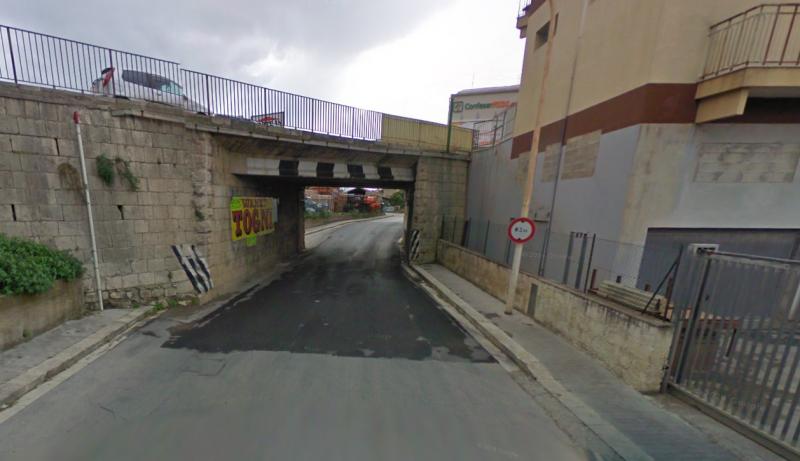 Scicli: ancora un camion incastrato sotto il ponte