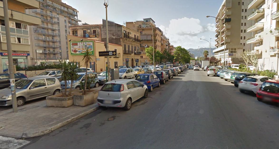 Palermo, sesso in auto tra i passanti. Denunciati 50enni palermitani