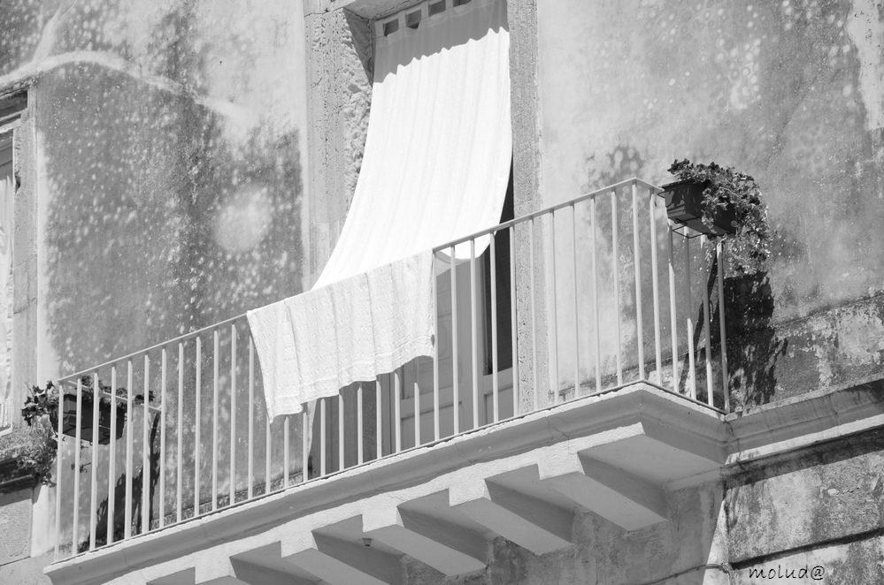 Modica, la polizia irrompe in una casa chiusa e i clienti si lanciano dal balcone