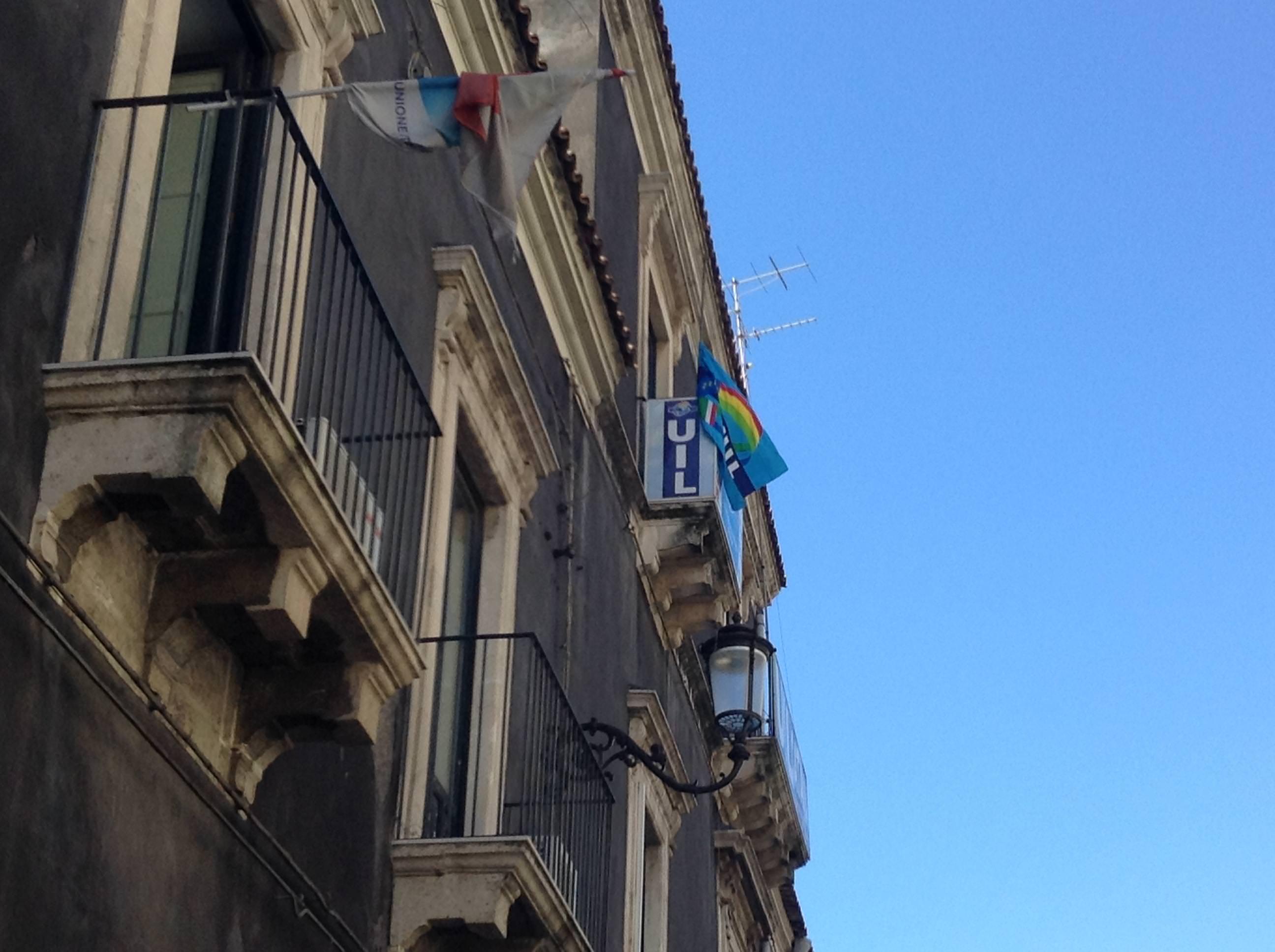 Bandiera a mezz'asta e voce ai lavoratori. Così la Uil ricorda Salvatore La Fata