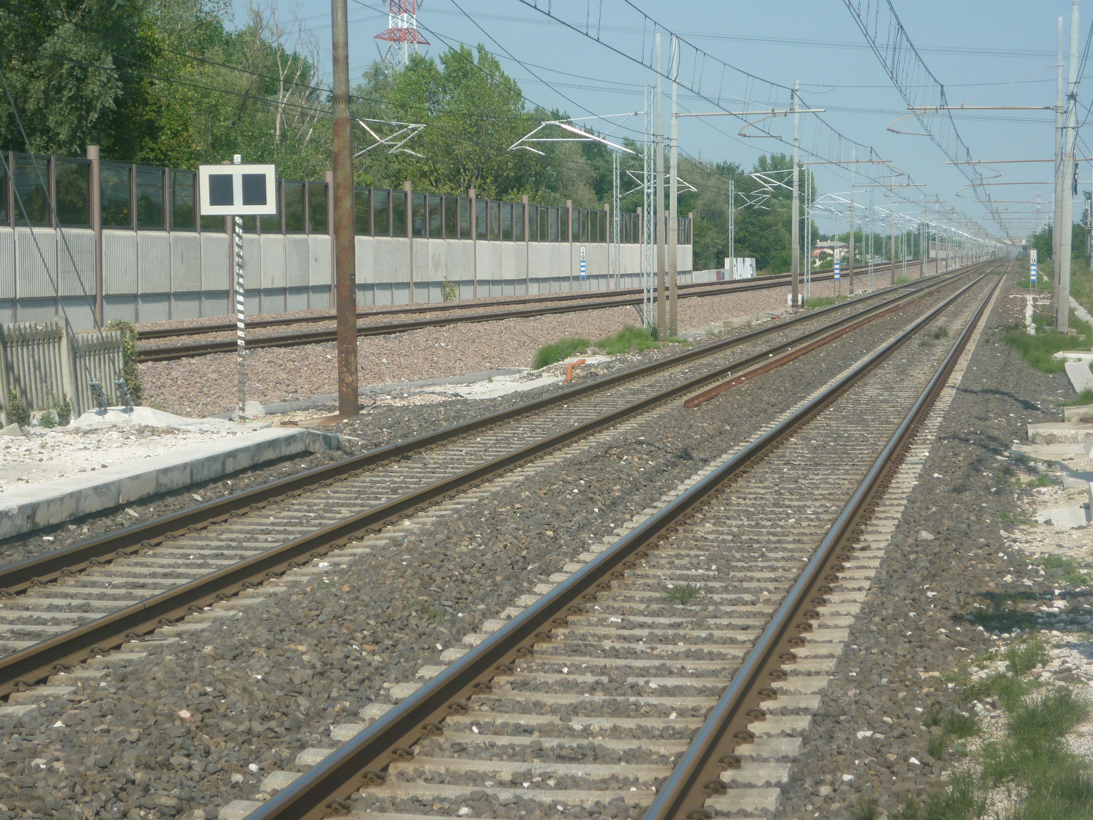 Crolla muro sui binari della ferrovia, cause legate alle forti piogge: ecco la tratta colpita