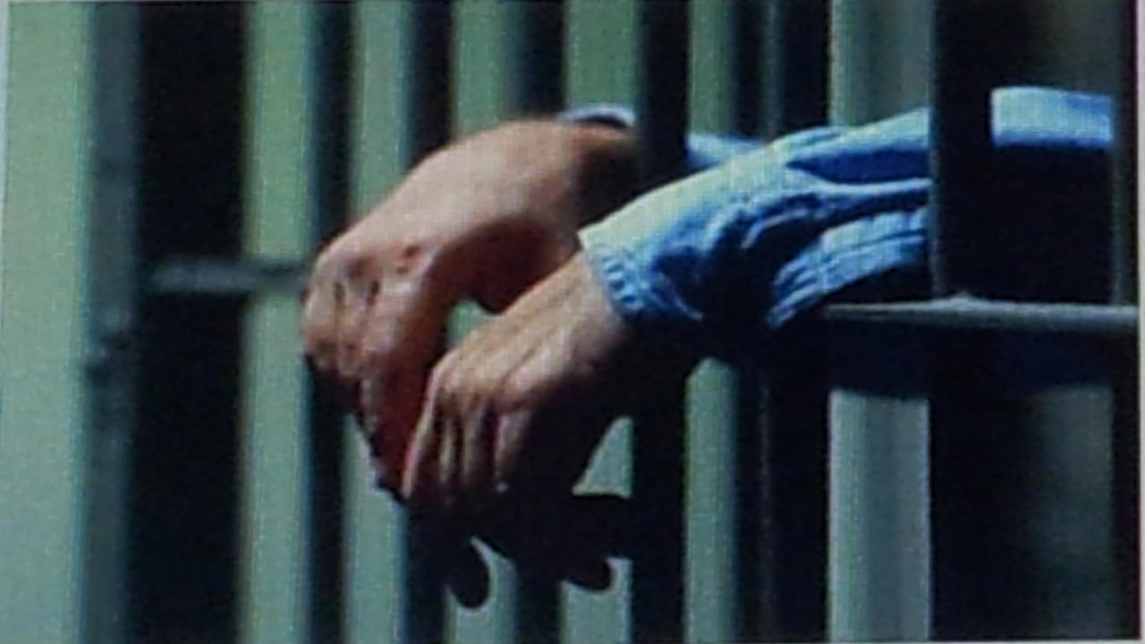 Cambio scarpe sospetto: detenuto catanese aveva nascosto micro telefono e droga nelle suole