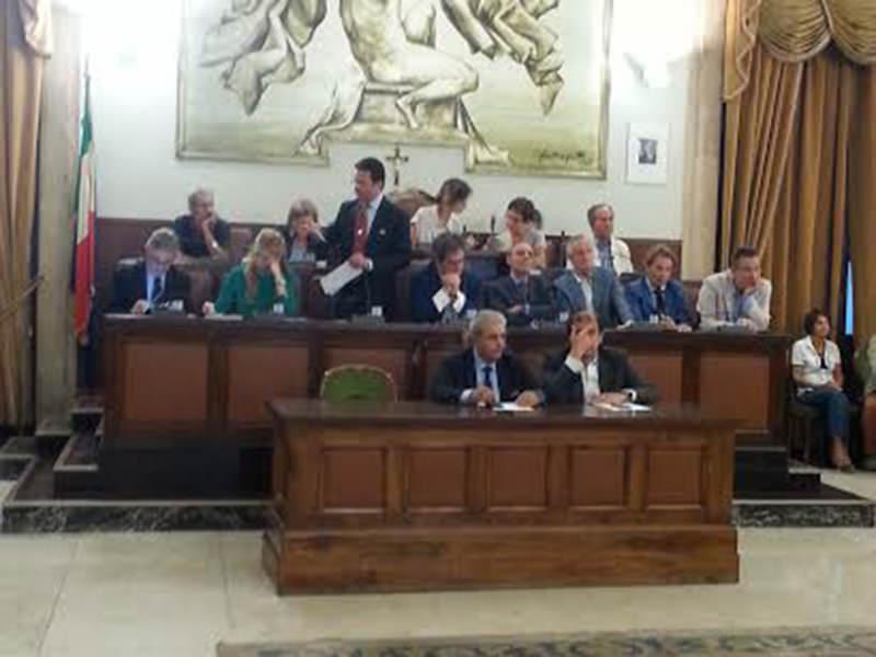 Catania, dehors e Pua: la città chiama il consiglio comunale
