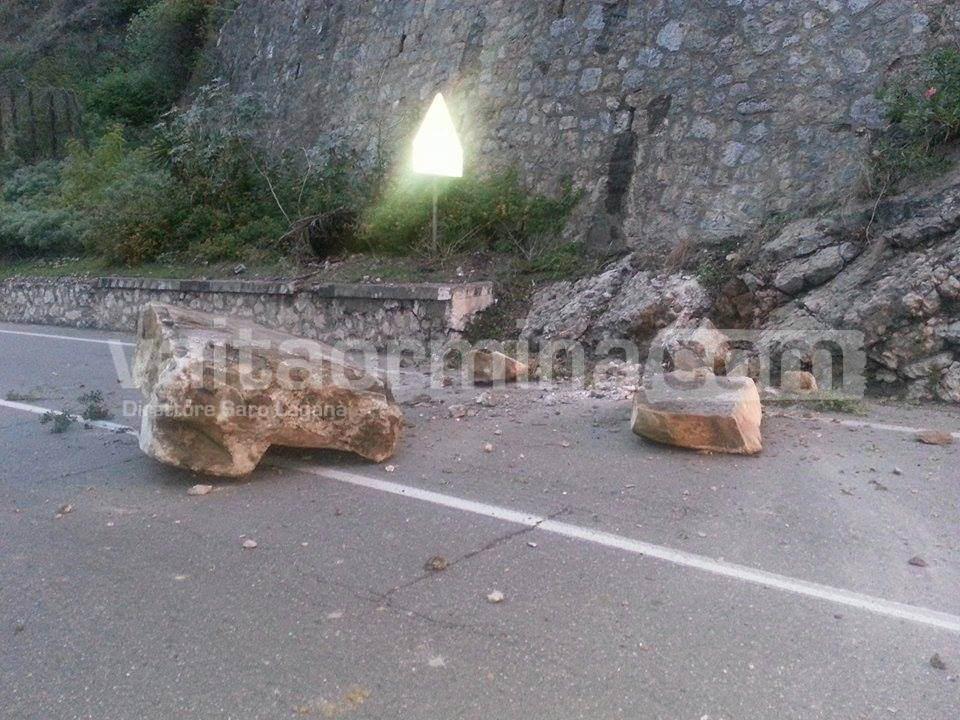Taormina, grosso masso precipita sulla Statale. Sfiorata la tragedia