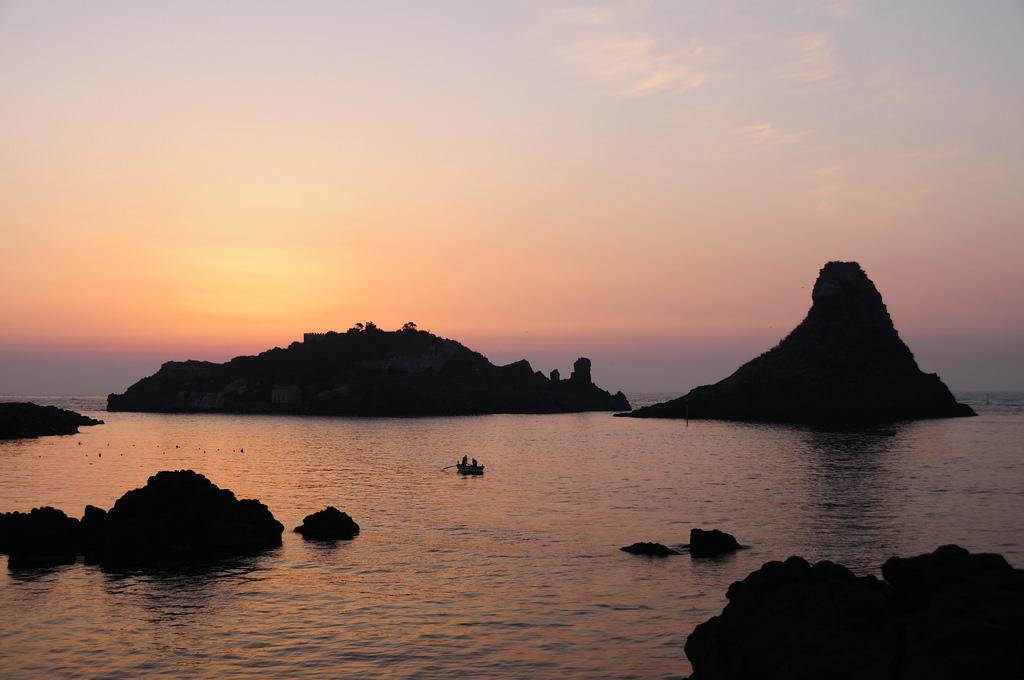 """Aci Trezza: l'illuminazione dell'Isola Lachea """"non s'ha da fare!"""""""