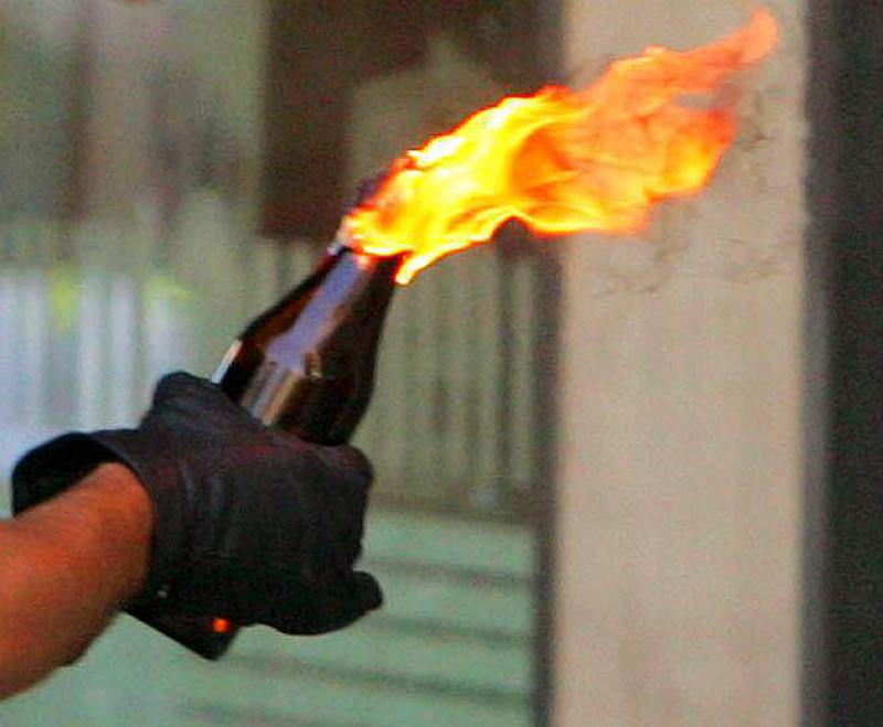 Molotov contro attività commerciale: indagini in corso per risalire agli autori del gesto