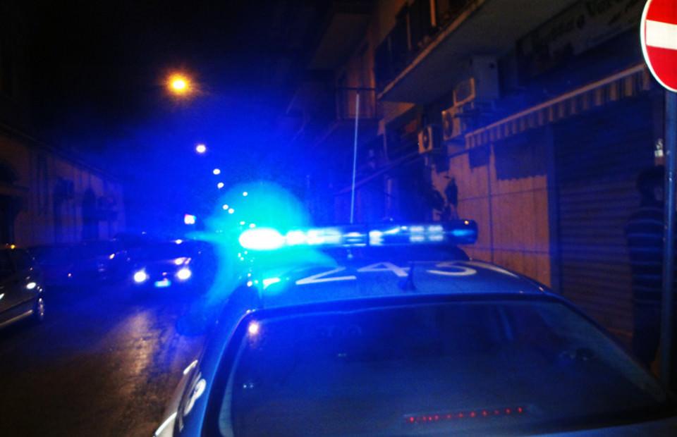 Ruba un furgone con la merce, lo scoprono e lo uccidono: tre persone in manette