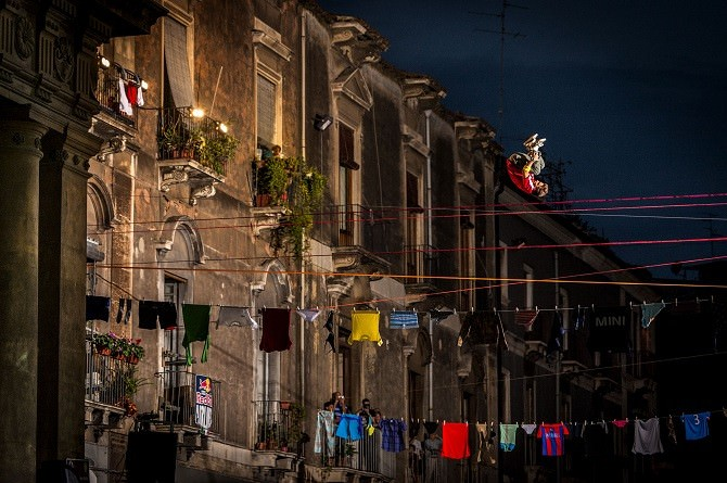 I pazzi volanti del slacklining sul cielo di piazza teatro Massimo