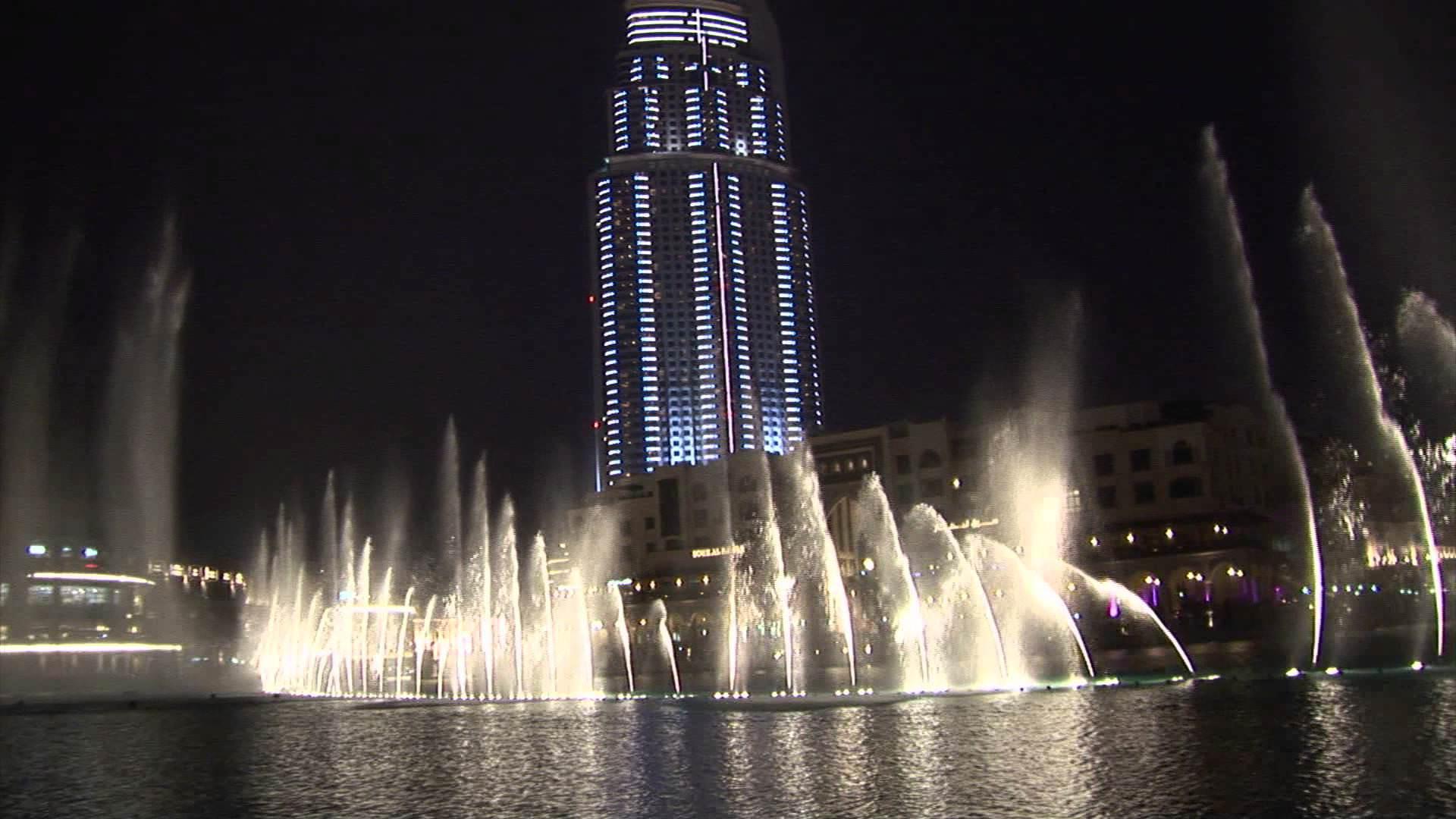 Spettacolare gioco di fontane di acqua. GUARDARE PER CREDERE!