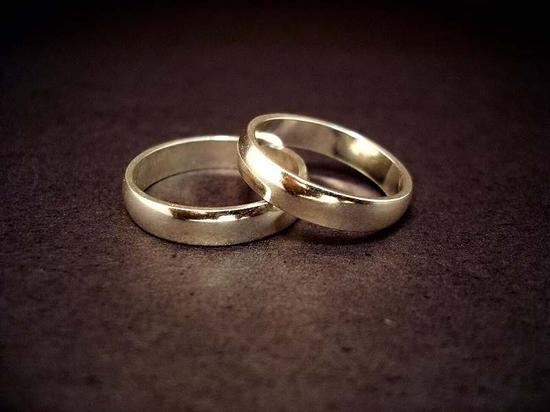 """""""Questo matrimonio non s'ha da fare"""": il tribunale sospende le nozze fra la vedova di 85 anni e il fidanzato di 47"""