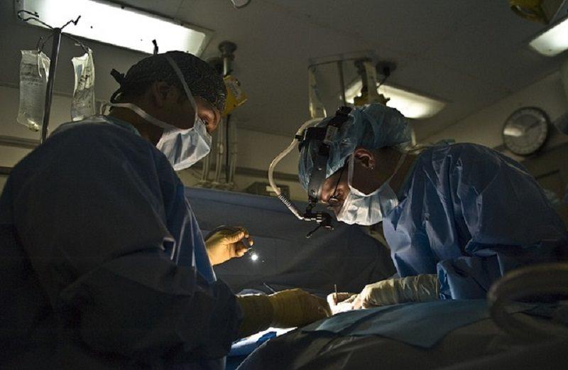 Mano tranciata dopo incidente in bici: eseguito intervento chirurgico per riattaccare l'arto