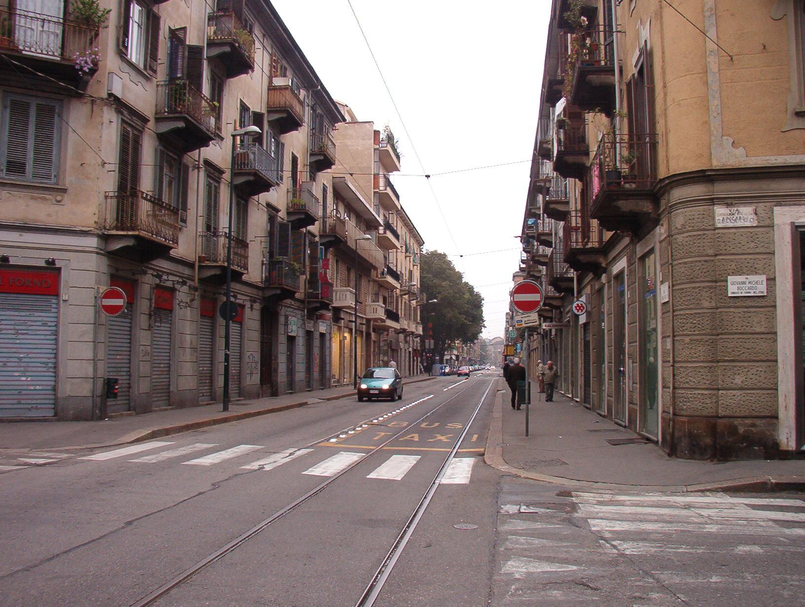 Palermo, piovono calcinacci e una giovane resta ferita