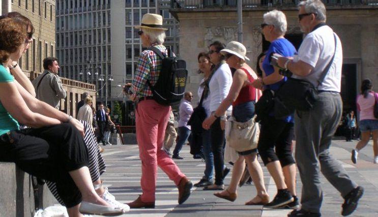 Coppia di turisti smarrisce oggetti personali, autista del bus li restituisce