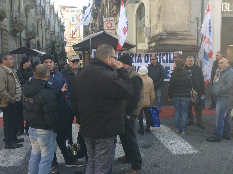Neppure le feste bloccano le proteste. In strada a Catania centinaia di operai