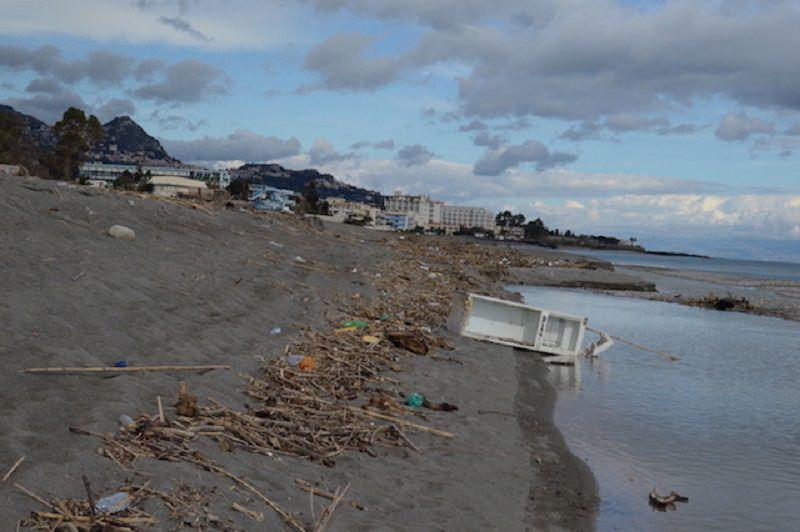 Foce del fiume Alcantara trasformata in discarica