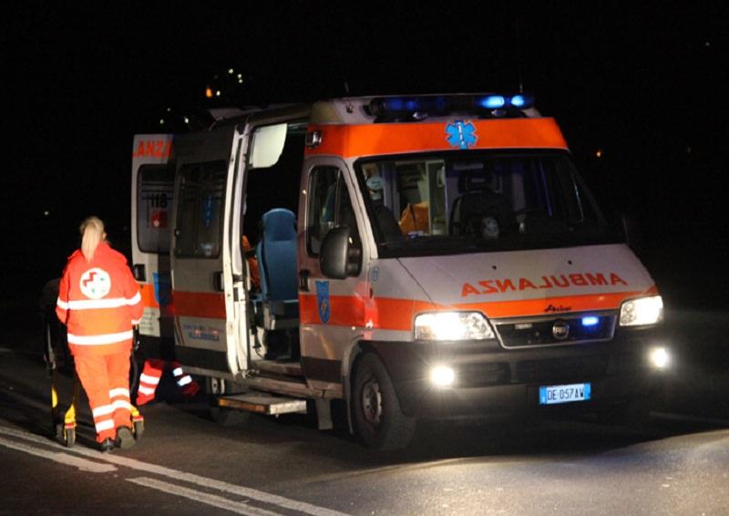 Giù dallo scooter, ventenne trasportata in codice rosso in ospedale