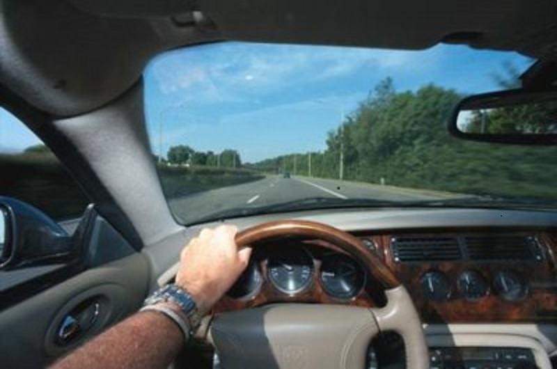 Adrano, guida una Mercedes classe A ma non ha la patente: denunciato 25enne recidivo, veicolo sequestrato