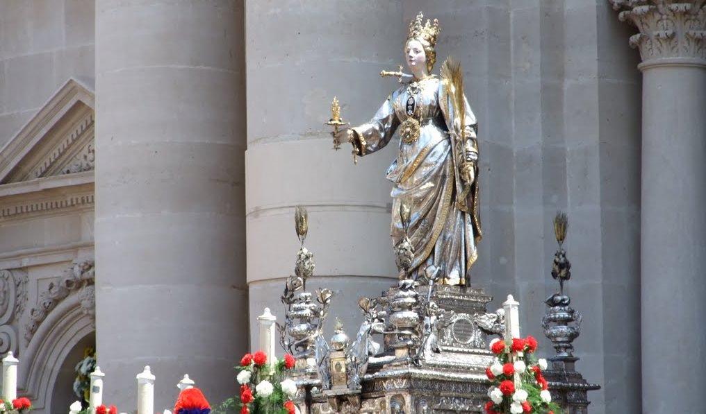 """""""Santa Lucia, la notte più lunga che ci sia"""": storia della martire di Siracusa tra devozione, folklore e tradizione"""