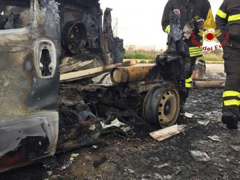 Esplode un furgone Fiat Fiorino a Ragusa: paura in un distributore di benzina