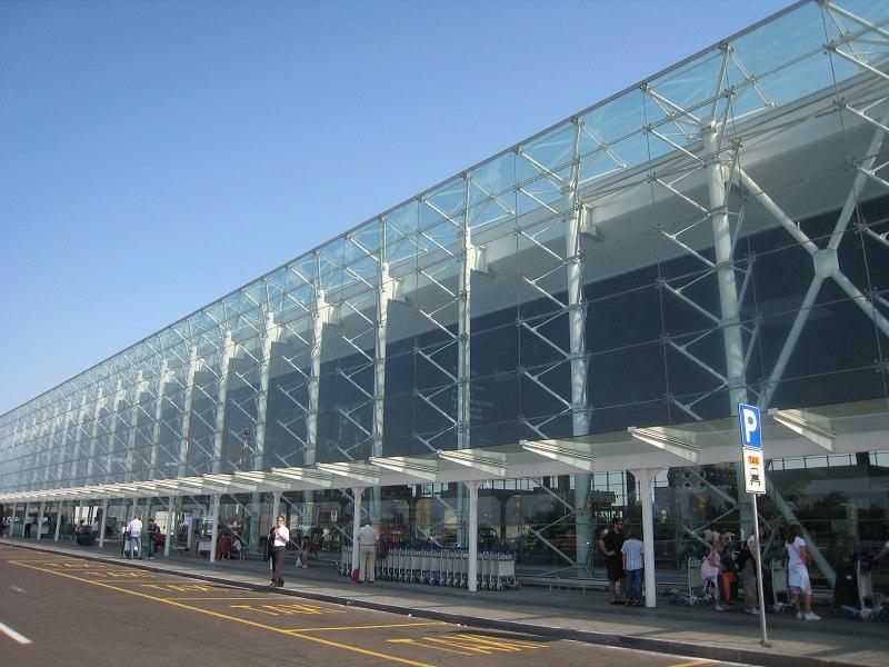 Disagi e volti stanchi all'aeroporto di Fontanarossa: il vento causa ritardi e dirottamenti
