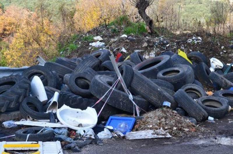 Carcasse di auto, fusti d'olio esausto e materiale di risulta: sequestrata discarica a Siracusa
