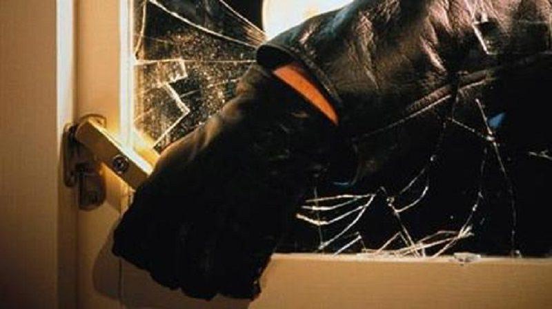 Sorpresi di notte a trasportare monitor LCD rubati da una scuola: due persone denunciate