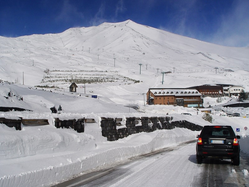 Tormenta di neve nella notte sull'Etna