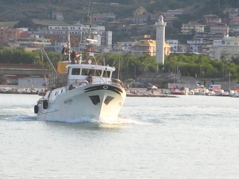 """Peschereccio """"Airone"""" giunto in porto"""