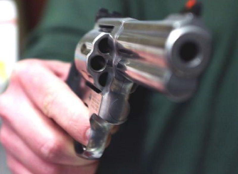 Sparatoria nel Catanese, lite finisce a colpi di pistola: far west al centro commerciale