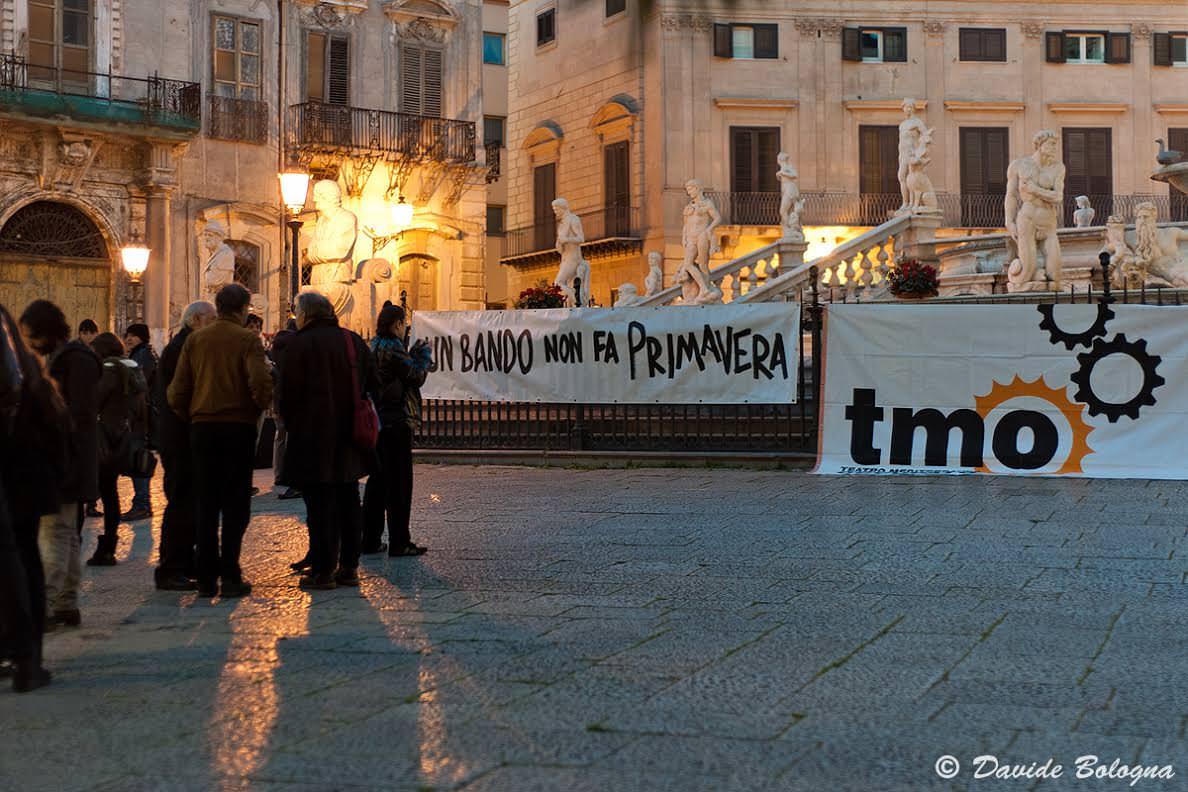 Palermo, presidio di artisti davanti al Comune