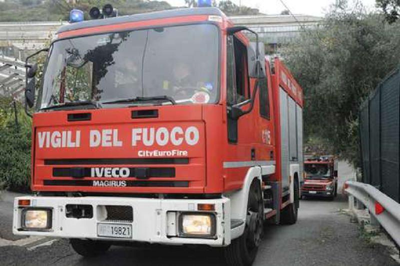 Negozio e camion in fiamme, probabili intimidazioni: indagini fra Palermo ed Enna