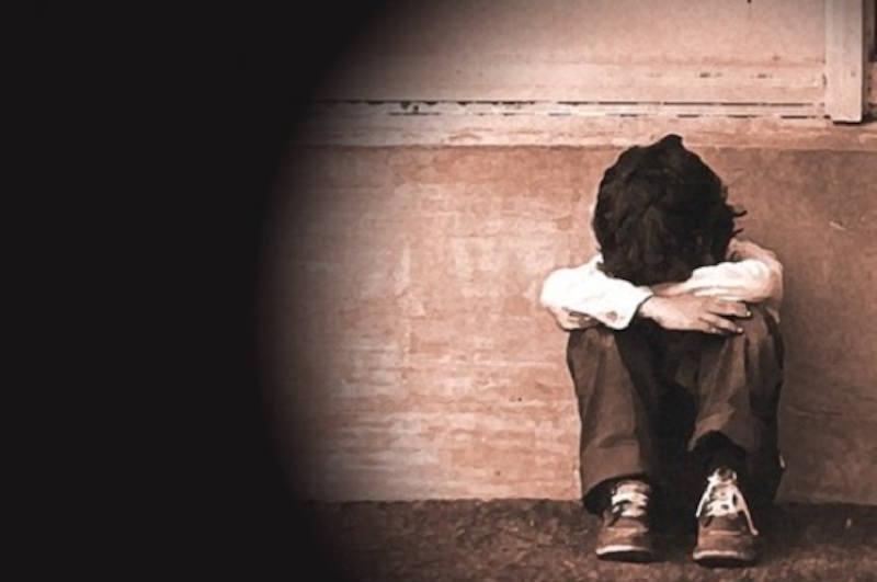 Orrore in casa, madre maltratta figlie di 8 e 6 anni e accoltella la maggiore: scatta il divieto di avvicinamento