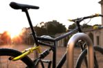 Padre fa cadere persona in bicicletta con fuoristrada e figlio la insegue con accetta: denunciati