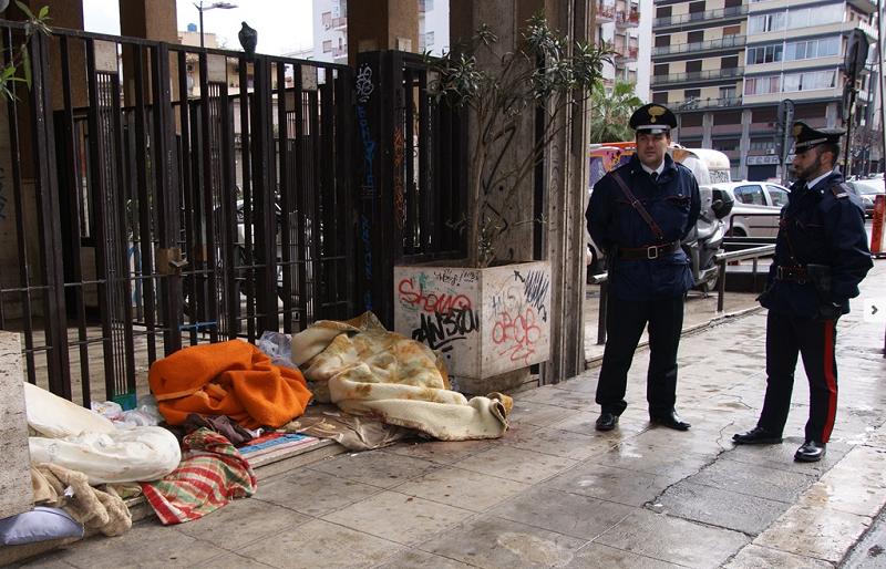 Clochard sviene dopo aver ricevuto calci al volto per rubargli 15 euro: due arresti