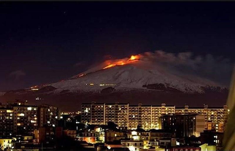 """Si arresta la colata sull'Etna. La Protezione Civile: """"Non salite sul vulcano, è pericoloso"""""""