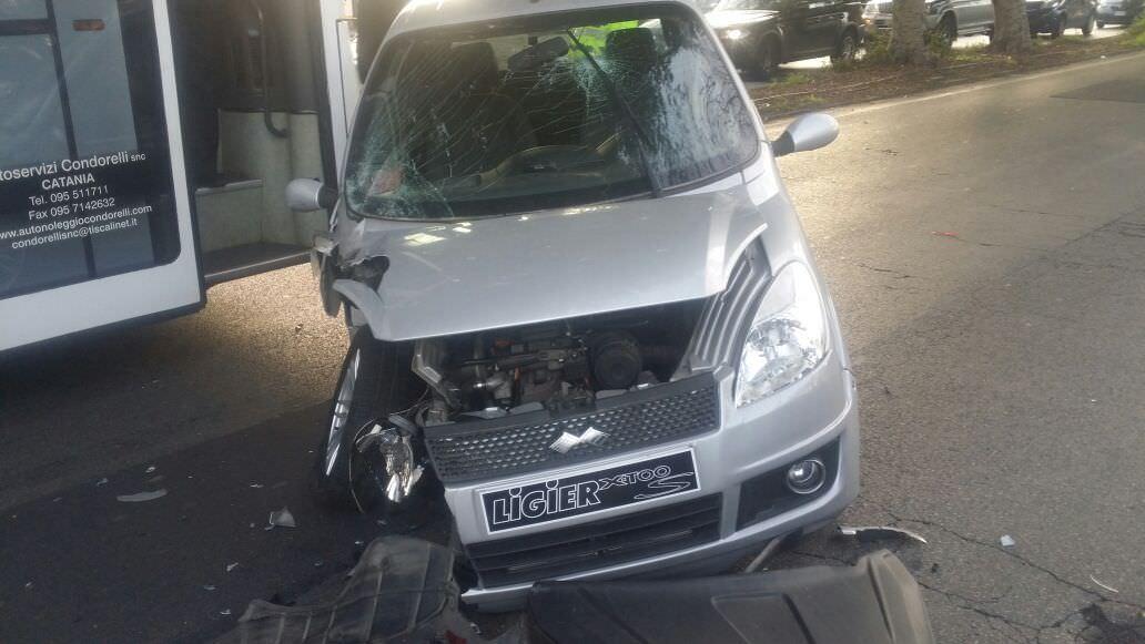 Catania, ragazzina al cellulare guida macchinetta e provoca incidente