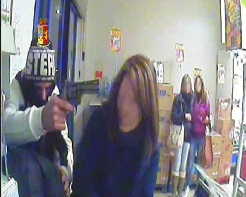 Punta revolver alla testa di una cassiera: in manette il rapinatore di via delle Medaglie d'Oro a Catania. IL VIDEO