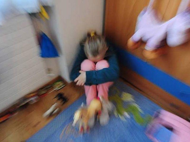 Bimba disegna presunti abusi sessuali subiti a 6 anni: chiesta condanna per nonno e madre