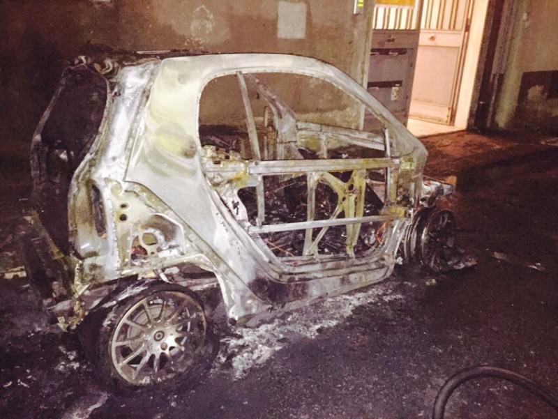 """Acireale, bruciata l'auto del sindaco Barbagallo: """"Hanno incendiato la macchina della città"""""""